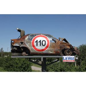 En Argentina utilizan los coches destrozados como señales de tráfico