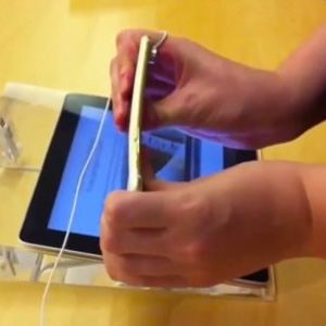 """Dos niños ponen a prueba la elasticidad del iPhone 6 Plus en una Apple Store y graban su """"travesura"""" en vídeo"""