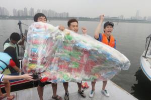Un grupo de estudiantes denuncia el exceso de aire en las bolsas de patatas fritas con una divertida acción