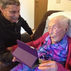 Una anciana de 114 años se ve obligada a mentir sobre su edad para poder registrarse en Facebook