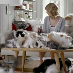 Si bebe Coca-Cola Light, verá gatitos por todas partes: compruébelo en este spot protagonizado por Taylor Swift
