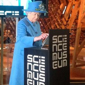 La reina Isabel II de Inglaterra publica su primer tuit