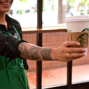 """Así es el """"dress code"""" (con tatuajes incluidos) de los baristas de Starbucks"""