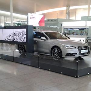 Audi presenta su último modelo con un gran videowall de cinco pantallas en el aeropuerto de Barcelona