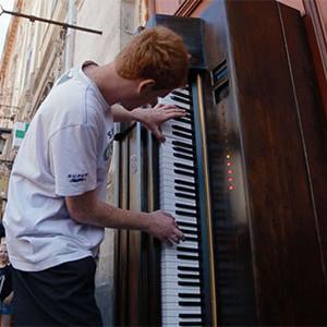La clave para hacer funcionar esta máquina expendedora es ser un virtuoso del piano (más o menos)