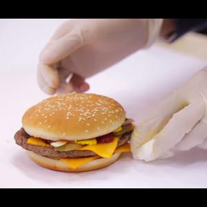 Con 2 iPad y un iPhone, estos chicos hacen que su hamburguesa se parezca a la de la foto