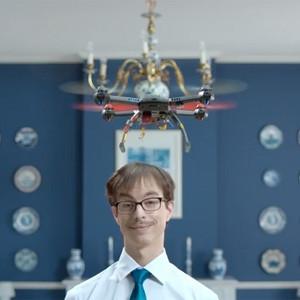 Aspersores, drones y airbags: descubra los remedios más estrafalarios contra la caspa en esta campaña de H&S