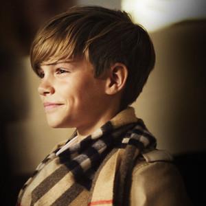 Romeo Beckham protagoniza la campaña de Navidad de Burberry