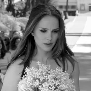 Natalie Portman se mete en la piel de una novia a la fuga en un nuevo spot de Dior