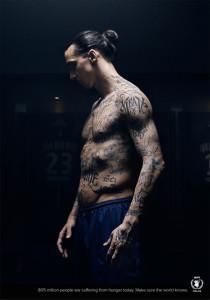 Ibrahimovic se tatúa el cuerpo contra el hambre en una campaña que le cuesta una tarjeta amarilla