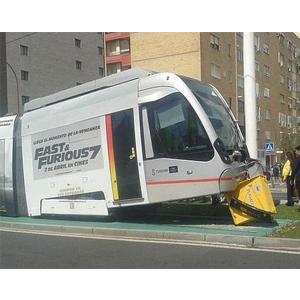 """Ironía publicitaria: descarrilla el tranvía de Sevilla con publicidad de """"Fast & Furious 7″"""