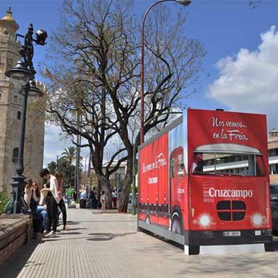 ¿Recorrer Sevilla en bicis de lunares?Nueva campaña de Cruzcampo para la Feria de Abril