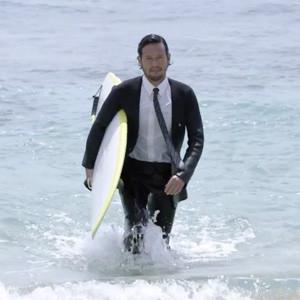 Surfear de punta en blanco (con traje y corbata incluidos) es ahora posible gracias a Quiksilver