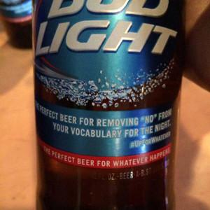 Bud Light pide disculpas por un confuso mensaje de su última campaña que parece que incita a la violación