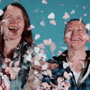"""Esta campaña irlandesa """"tritura"""" las patrañas vertidas contra el colectivo gay y hace con ellas confeti"""