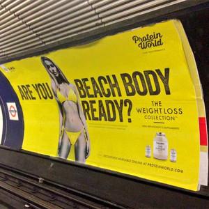 Un anuncio rematadamente tonto (y machista) provoca un auténtico motín en el metro londinense
