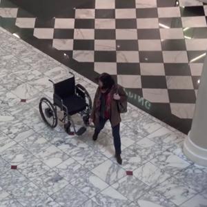 Una original campaña muestra cómo una silla de ruedas vacía aterroriza a todo un centro comercial