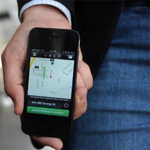 Fomento prepara una normativa que protegerá al taxi frente a la amenaza de Uber y servicios con conductores VTC