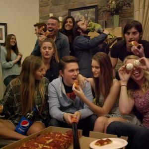 """Pizza Hut advierte en un divertido viral de los peligros ocultos de los odiosos """"palo selfis"""""""
