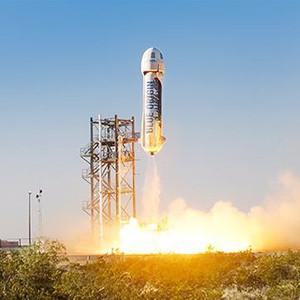 Al fundador de Amazon el e-commerce le sabe a poco y prueba con éxito su primer cohete espacial