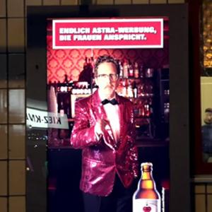 La cerveza Astra solo deja escuchar su nuevo anuncio a las mujeres