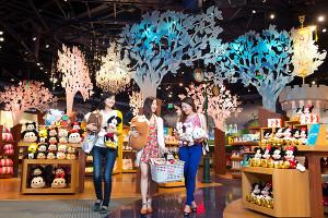Disney levanta el telón de su primera tienda en China (que es ya la más grande del  mundo)
