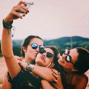 La selfiadicción se confirma: las mujeres de 16 a 25 años invierten 5 horas a la semana en hacerse selfis