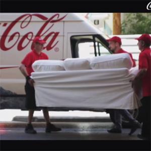 Coca-Cola traslada el sofá de una aficionada al estadio para que pueda vivir una experiencia única