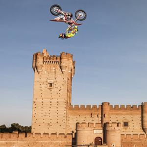 Saltos históricos sobre el castillo de la Mota con Red Bull X Fighters
