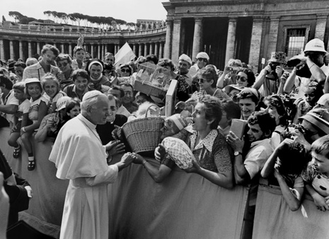 In 1983 at St. Peter's Square in Rome, Pope JOHN PAUL II, on foot and without bodyguards, shakes the hands of the faithful come in huge numbers to give him gifts. En 1983, sur la place Saint-Pierre de Rome, le pape JEAN PAUL II à pied et sans garde du corps, serre la main aux fidèles venus en masse lui offrir des cadeaux.