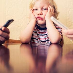 Puede que ya lo sospechara, pero un estudio lo confirma: el móvil es veneno para las relaciones familiares