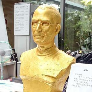 La obsesión de los chinos por Apple lleva a una empresa a colocar un busto dorado de Steve Jobs