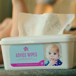 Esta marca de productos para bebés crea unas toallitas con consejos para papás primerizos