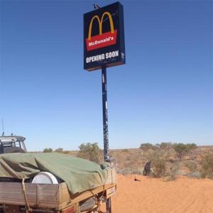 ¿Un McDonald's en mitad del desierto? No, es todo una broma (dolorosa para el estómago)