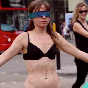 Una mujer se desnuda en Picadilly Circus en una campaña contra los desórdenes alimenticios