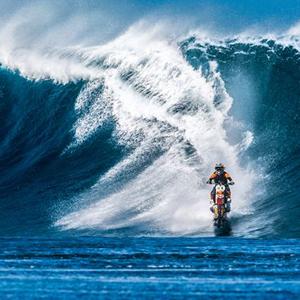 Ver para creer: en este viral Robbie Maddison surfea en Tahití...¡con su moto de motocross!