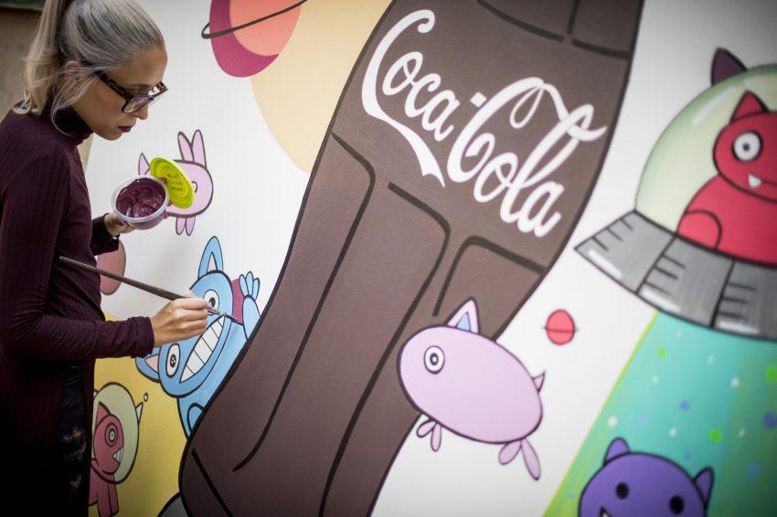 Coca-Cola presenta una revista de coleccionista para celebrar los 100 años de su botella Contour