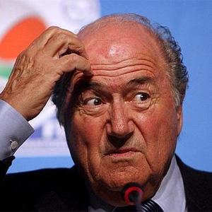 A Blatter le siguen cayendo palos: el presidente de la FIFA vendió derechos de TV a precio de
