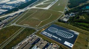 BMW calienta motores para la #IAA2015 con un gigantesco anuncio ¡más grande que 4 campos de fútbol!