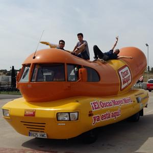 Los youtubers más famosos de España en busca de la forma más gamberra de comerse un Hot Dog