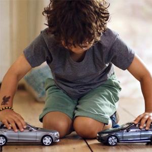 Mercedes-Benz hace rabiar a los niños con sus coches de