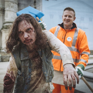 """Unos barrenderos hacen picadillo en este spot a los zombis de """"The Walking Dead"""""""