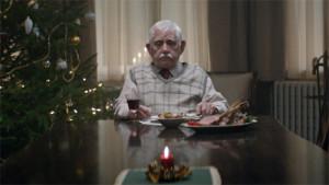 Este spot navideño, donde un abuelo finge su propia muerte, le pondrá la piel de gallina