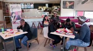 Mesas sonoras, botones inteligentes o drones: tecnología al servicio de la comida rápida