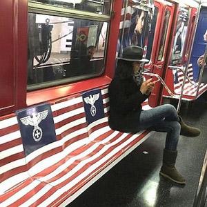 Amazon Prime indigna a los viajeros del metro de Nueva York con una campaña de temática nazi