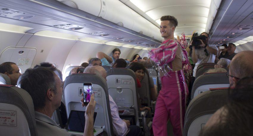 Iberia Express celebra el Carnaval con una comparsa a bordo a 33.000 pies de altura