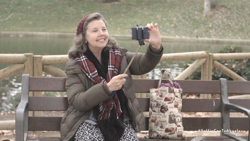 Tener una lona con tu abuela en La Gran Vía es posible con Euromillones