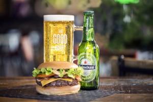 Cervezas y hamburguesas gourmet, el maridaje perfecto fruto de la alianza Heineken-Restalia