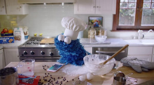 El monstruo de las galletas pone a prueba sus dotes de