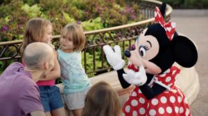 Una niña sordomuda, Campanilla y Minnie Mouse hacen viral este emotivo vídeo de Disney